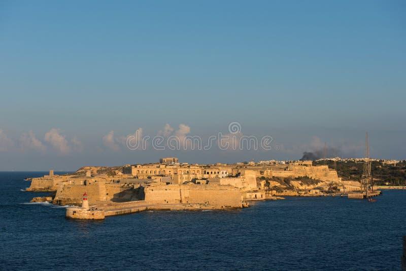 La città antica della fortezza di La Valletta nella sera si accende malta immagine stock libera da diritti
