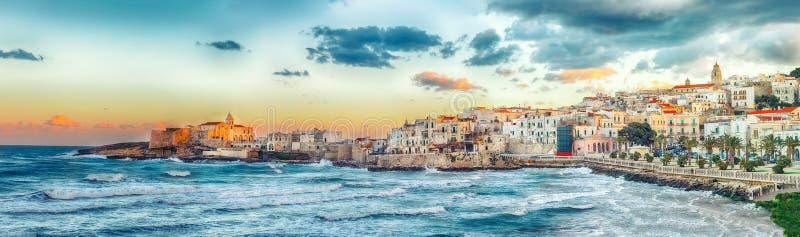 La città centrale storica di bella città ha chiamato Vieste fotografia stock libera da diritti