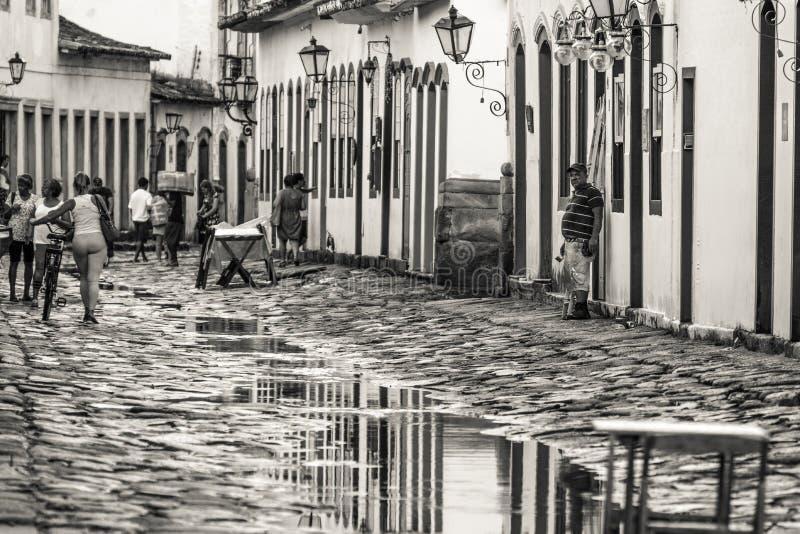 La città coloniale storica di Paraty ha riflesso sulle pozze dell'acqua dopo la pioggia immagine stock libera da diritti