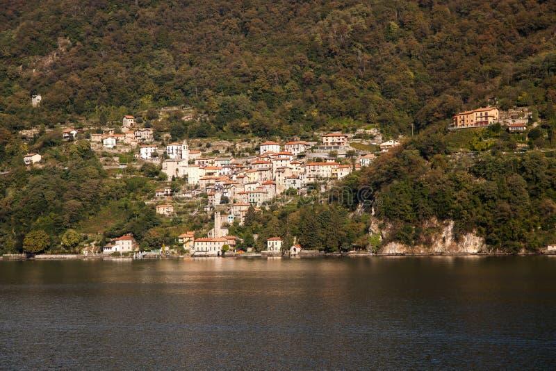 La città del lago di Nesso sul lago Como immagine stock libera da diritti