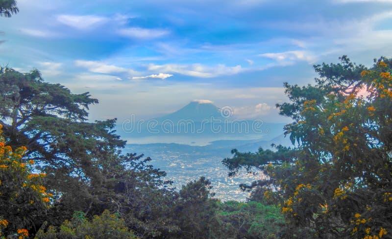 La città del San Salvador ed il vulcano di San Vicente dallo sguardo di EL Boqueron fuori fotografia stock libera da diritti