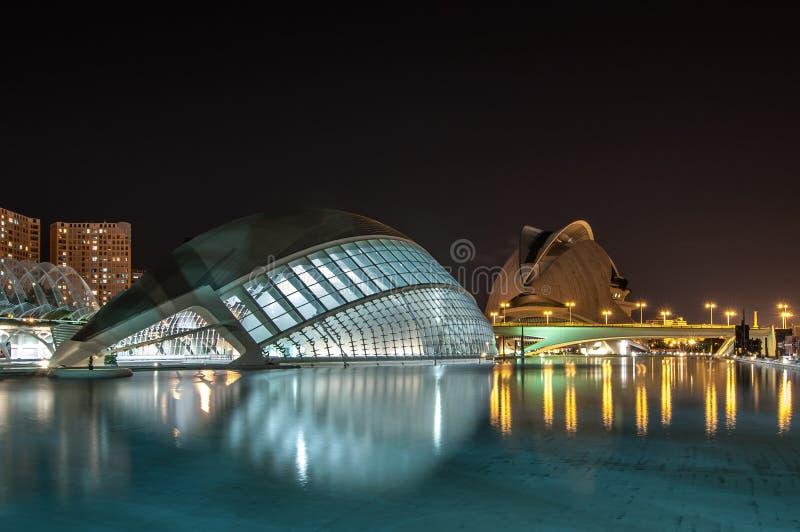 La città delle arti e delle scienze alla notte: planetario e teatro dell'opera valencia 23 settembre 2014 fotografie stock