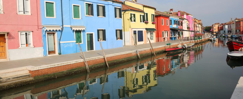 La città di Burano è su una piccola isola vicino a Venezia in Italia immagine stock