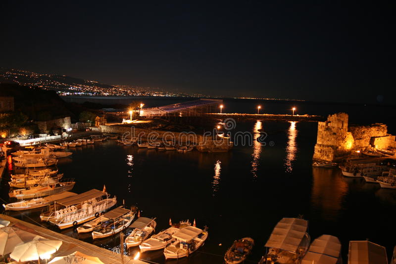 La città di Byblos (Jbeil) dalla vista di notte sopra porta immagine stock libera da diritti