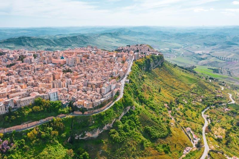 La città di Enna Italy Sicily su una scogliera del pendio di collina, vista aerea fotografia stock
