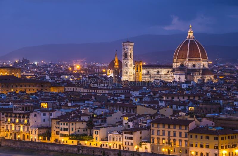 La città di Firenze nella sera - vista panoramica immagine stock