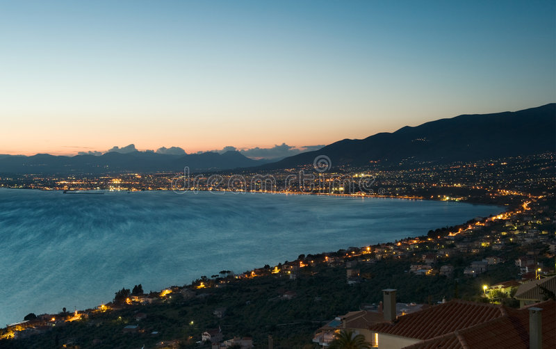 La città di Kalamata, Grecia, al crepuscolo fotografia stock libera da diritti