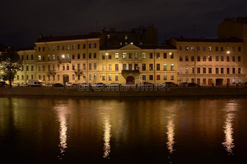 La città di notte su un fiume immagine stock libera da diritti