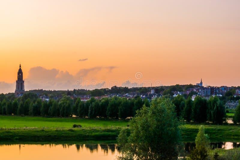 La città di Rhenen durante il tramonto, bella città Rustic nei Paesi Bassi fotografie stock