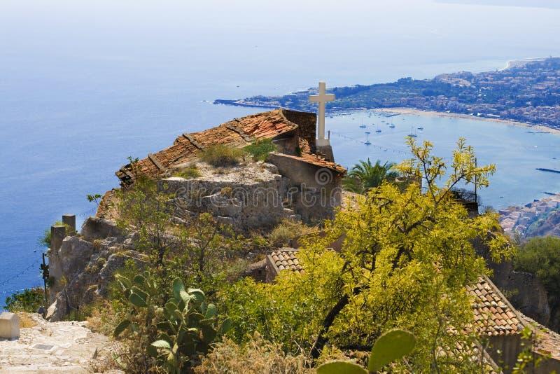 La città di Taormina, la chiesa ed il mare abbaiano immagini stock