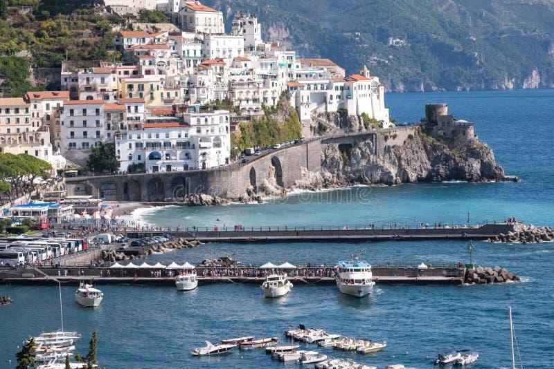La città ed il porto di Amalfi sulla costa di Amalfi in Italia del sud Fotografato un chiaro giorno in autunno in anticipo fotografia stock libera da diritti