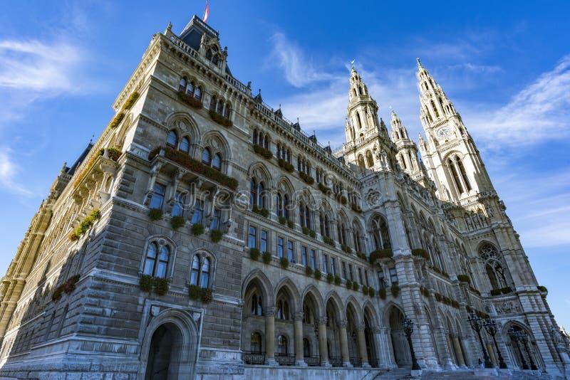 La città Hall Rathaus di Vienna contro il cielo blu vienna l'austria fotografie stock
