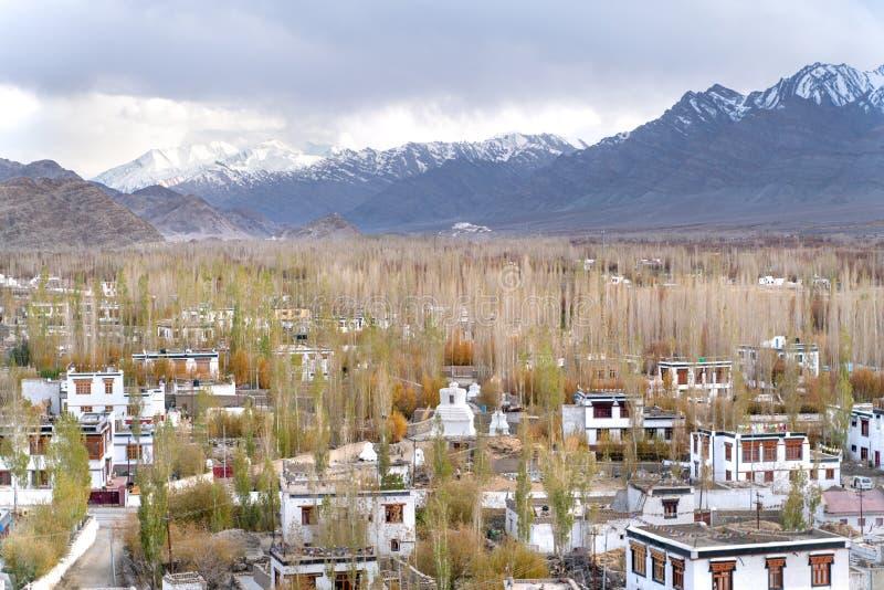 La città indiana Thiksey che è configurazione nello stile tibetano immagini stock
