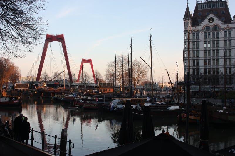 La città metropolitana di Rotterdam è ha tinto con l'arancia ed i colori caldi al tramonto i turisti ammirano il punto dell'attra fotografia stock