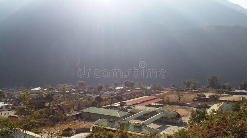 La città sonnolenta nel contesto delle montagne fotografia stock libera da diritti