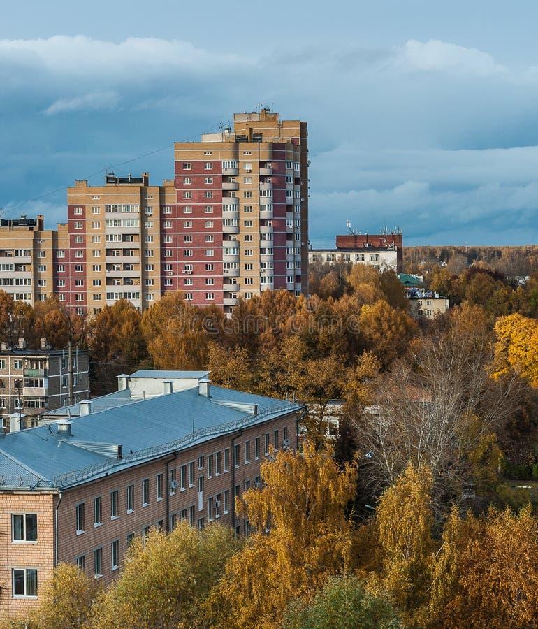 La città sta assalendo l'autunno fotografia stock libera da diritti