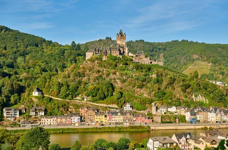 La città tedesca di Cochem sul fiume Moselle con il castello di Reichsburg fotografia stock libera da diritti