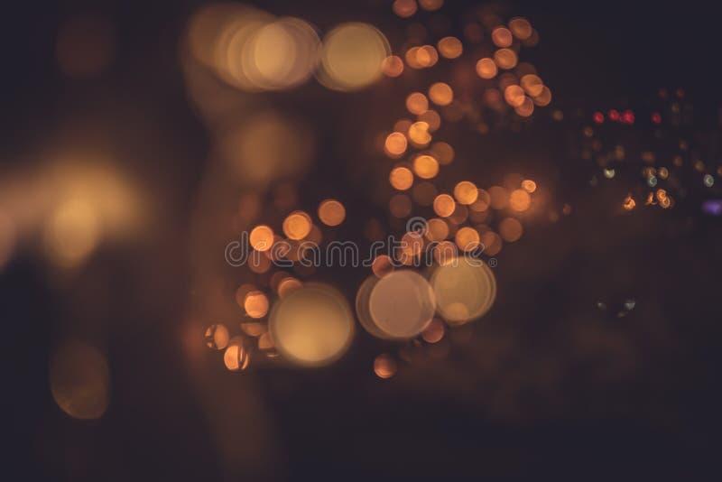 La città vaga di notte si accende a colori i colori caldi con la riflessione della finestra delle iluminazioni pubbliche nel retr immagini stock