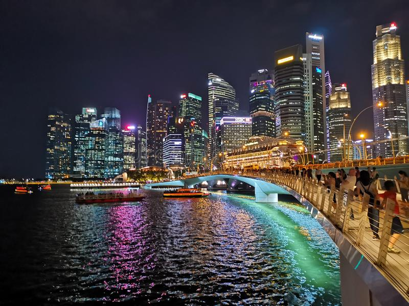 La città variopinta alla notte fotografia stock libera da diritti