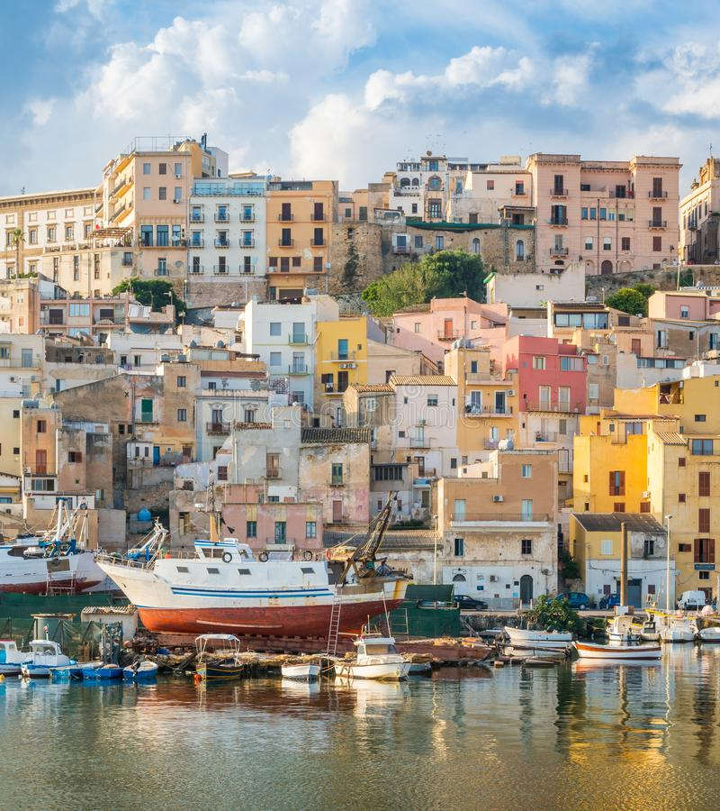 La città variopinta di Sciacca che trascura il suo porto Provice di Agrigento, Sicilia fotografia stock libera da diritti