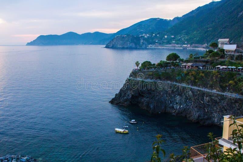 La cittadina di Manarola, che è situato nel parco nazionale di Cinque Terre Destra variopinta italiana della città dal mare fotografie stock