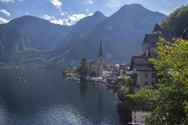 La cittadina pittoresca Hallstadt ? stato austriaco dell'Austria settentrionale, bello posto circondato dalle montagne e dal lago fotografia stock libera da diritti