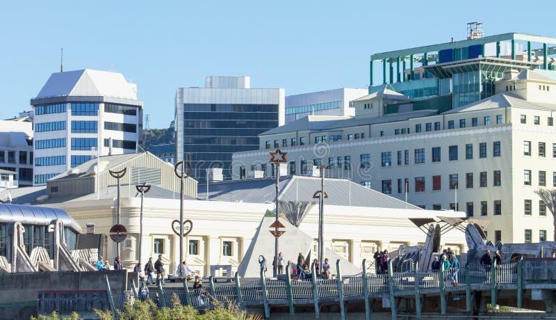 La ciudad al puente del mar es ilustraciones del puente peatonal y del público situadas en Wellington City, Nueva Zelanda foto de archivo