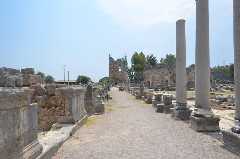 La ciudad antigua de Antalya Perge, el ágora, Roman Empire antiguo, las columnas descansa en edificios grandes imagen de archivo