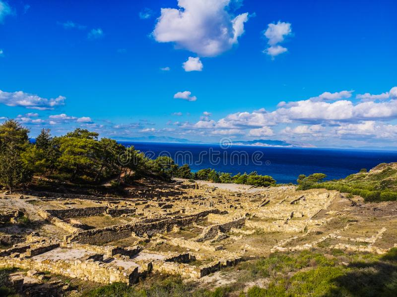 La ciudad antigua de Kamiros permanece, las ruinas debajo del cielo soleado en witner fotografía de archivo libre de regalías