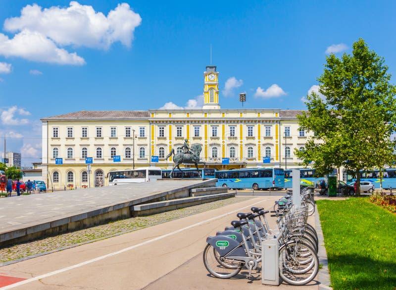 La ciudad bikes la estación delante del ferrocarril, ciudad de Ljubljana fotografía de archivo