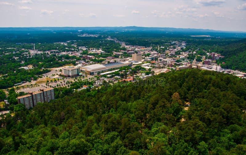 La ciudad de Arkansas de las aguas termales pasa por alto la torre Ozark Mountains de la mirada hacia fuera fotos de archivo libres de regalías