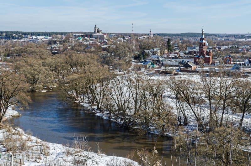 La ciudad de Borovsk, el río Protva imagen de archivo