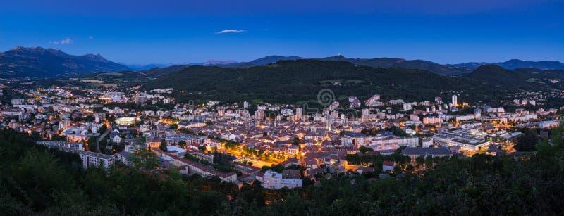 La ciudad de Gap en el crepúsculo Hautes-Alpes, montañas, Francia foto de archivo