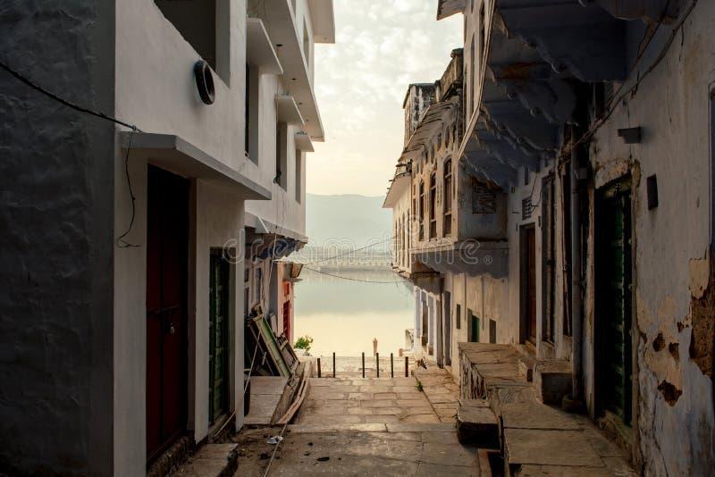 La ciudad de mil templos Pushkar, la India Una vista del lago sagrado del patio del templo fotos de archivo libres de regalías