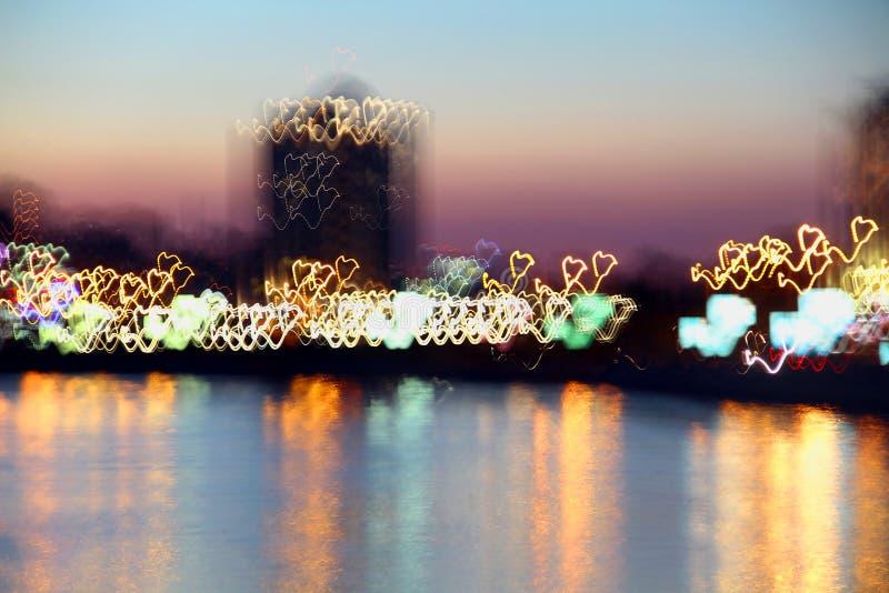 La ciudad de la noche respira el pecho lleno del amor foto de archivo libre de regalías