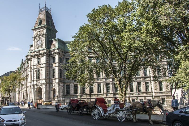 La ciudad de Quebec Canadá 13 09 Carro traído por caballo 2017 delante de la torre de reloj que construye herencia histórica de l imagenes de archivo