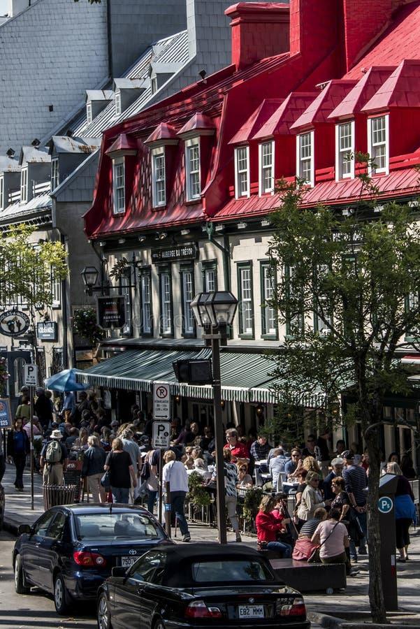 LA CIUDAD DE QUEBEC, CANADÁ 13 09 Tejado de 2017 rojos del hotel famoso del restaurante de Auberge du Tresor en la ciudad vieja h fotografía de archivo