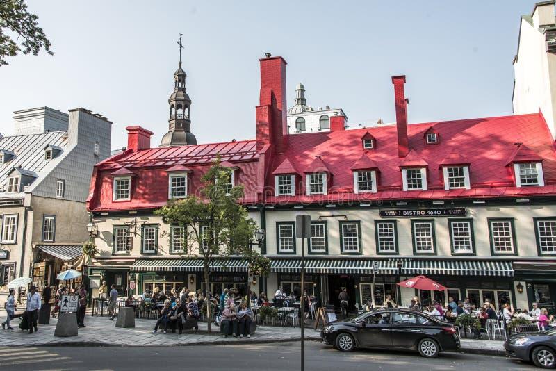LA CIUDAD DE QUEBEC, CANADÁ 13 09 Tejado de 2017 rojos del hotel famoso del restaurante de Auberge du Tresor en la ciudad vieja h foto de archivo libre de regalías