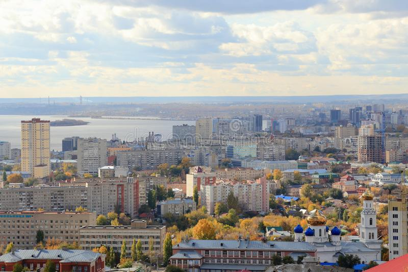 La ciudad de Saratov en el banco del río Volga contra el cielo azul Visión desde la montaña de Sokolovaya foto de archivo