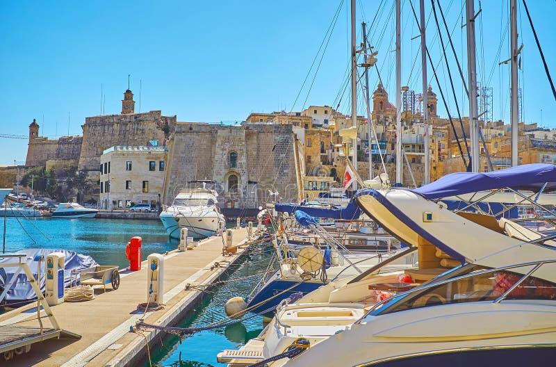La ciudad de Senglea detrás de los yates en el puerto deportivo de Birgu, Malta imágenes de archivo libres de regalías