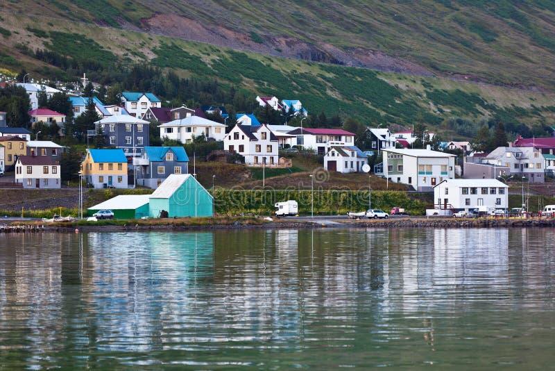 La ciudad de Siglufjordur, la parte norteña de Islandia fotografía de archivo