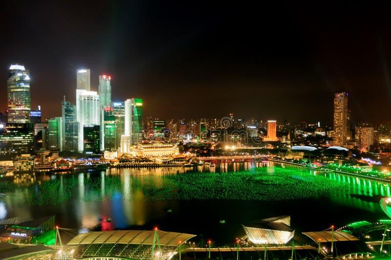 La ciudad de Singapur y el puerto deportivo ladran en la noche foto de archivo