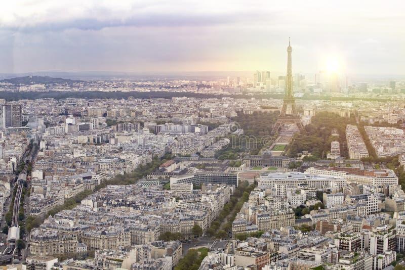 La ciudad de la torre Eiffel y de París de la puesta del sol ve la forma Montparnasse Fondo romántico de la puesta del sol Torre  imagen de archivo
