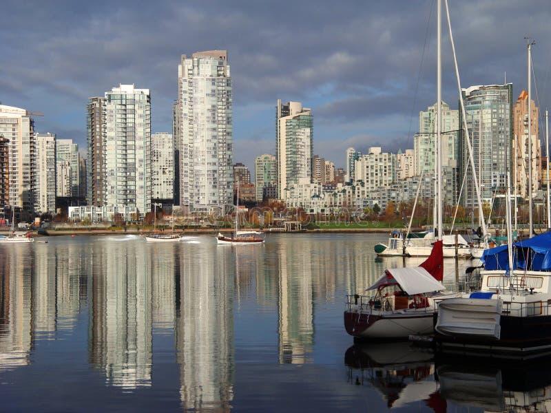 La ciudad de Vancouver refleja en aguas de False Creek foto de archivo libre de regalías