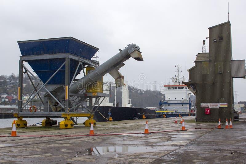 La ciudad del buque de carga general de Cork Ireland The Riga registradoa en Malta está lista para navegar descargando su cargo e imágenes de archivo libres de regalías