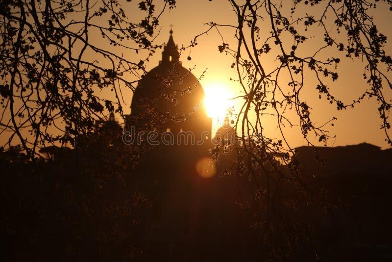La Ciudad del Vaticano durante puesta del sol en Roma fotografía de archivo libre de regalías
