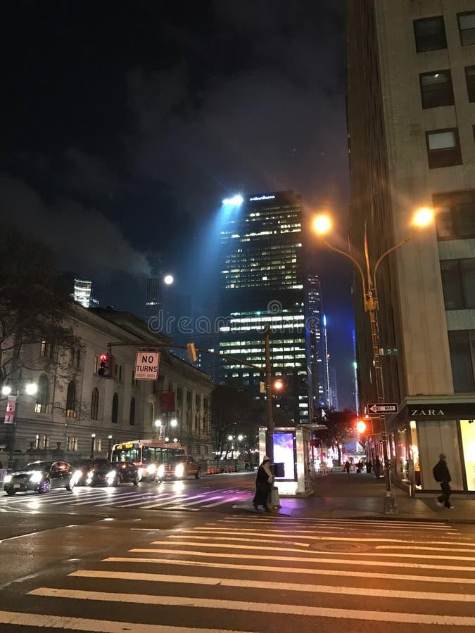 La ciudad despierta temprano imagen de archivo