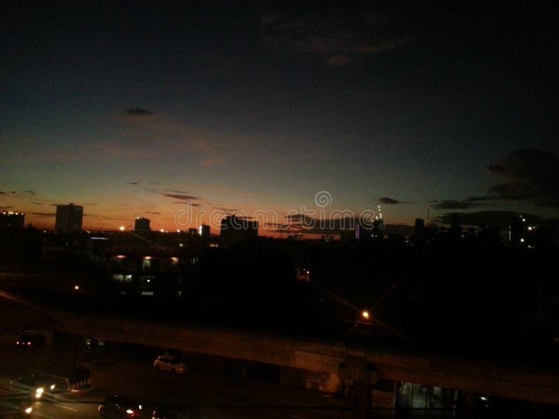 la ciudad enciende calma ligera de la noche imagen de archivo