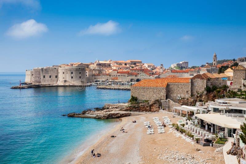 La ciudad hermosa de la playa y de Dubrovnik de Banje imagenes de archivo