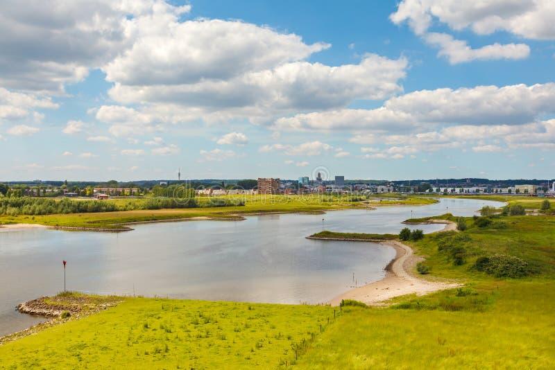La ciudad holandesa de Arnhem con el Nederrijn en frente imagenes de archivo